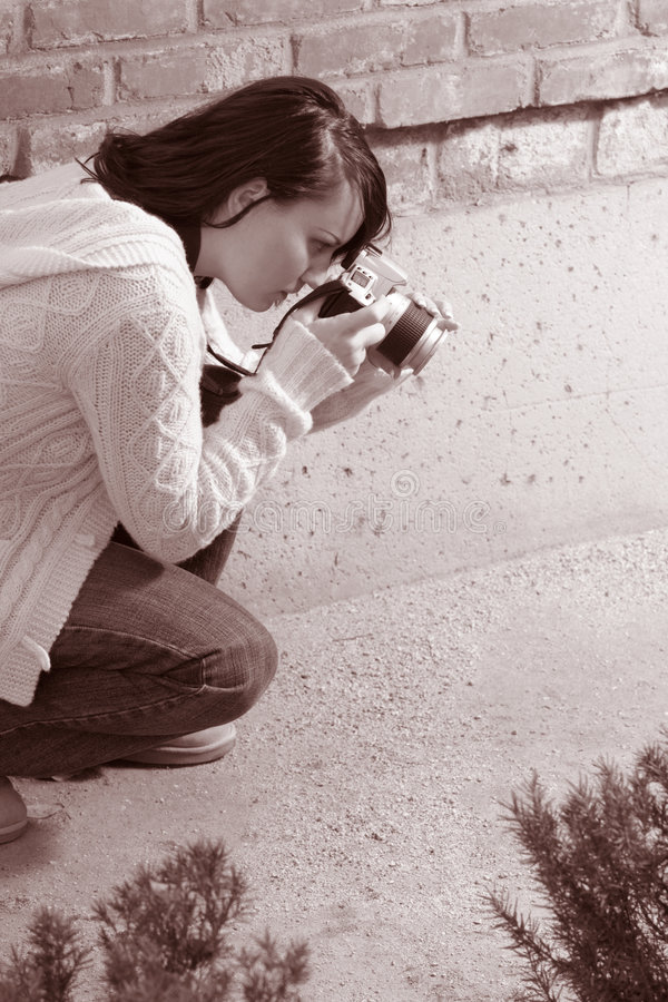 Meisje met SLR fotocamera stock afbeeldingen