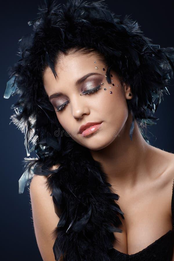 Meisje met sparkly make-up en zwarte boa stock foto