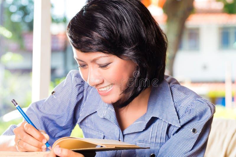 Meisje met stapel van boekenkennis stock fotografie