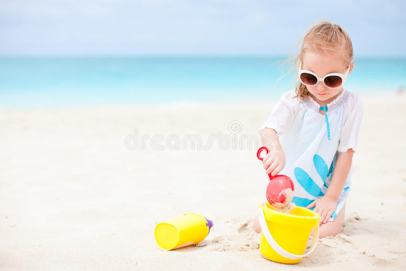 Meisje met strandspeelgoed royalty-vrije stock fotografie
