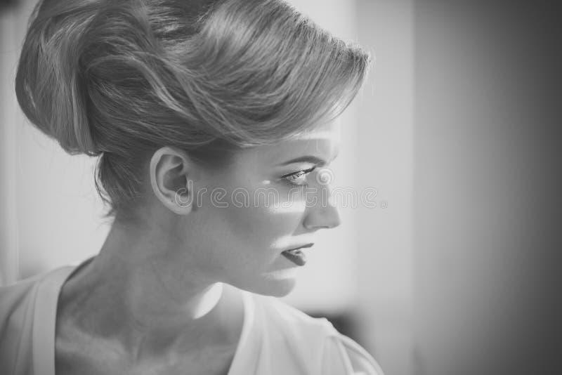 Meisje met stroken van licht en schaduwen op haar gezicht royalty-vrije stock afbeelding