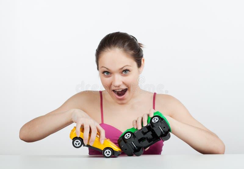 Meisje met stuk speelgoed auto's stock fotografie