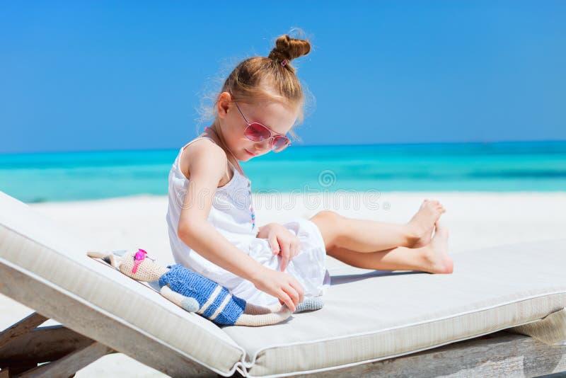 Meisje met stuk speelgoed bij strand royalty-vrije stock foto