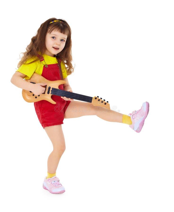 Meisje met stuk speelgoed gitaar op witte achtergrond royalty-vrije stock foto's