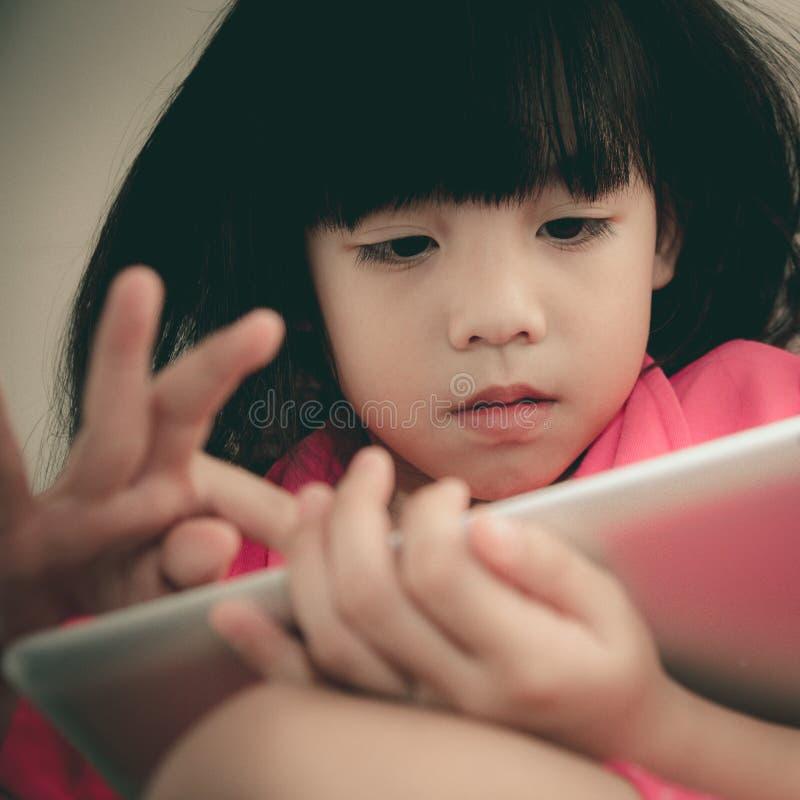 Meisje met tablet stock afbeeldingen