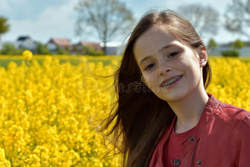 Meisje met tandsteunen stock fotografie