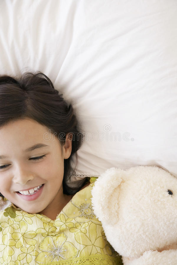 Meisje met Teddy Bear Lying In Bed royalty-vrije stock foto