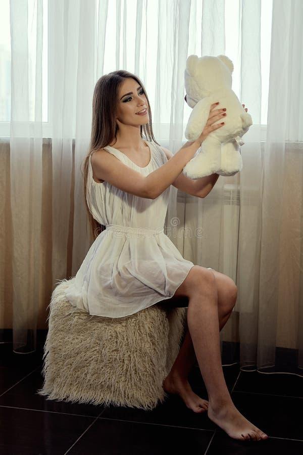 Meisje met teddybeer voor levensstijlontwerp Jong Kaukasisch model Mooi vrouwengezicht stock foto