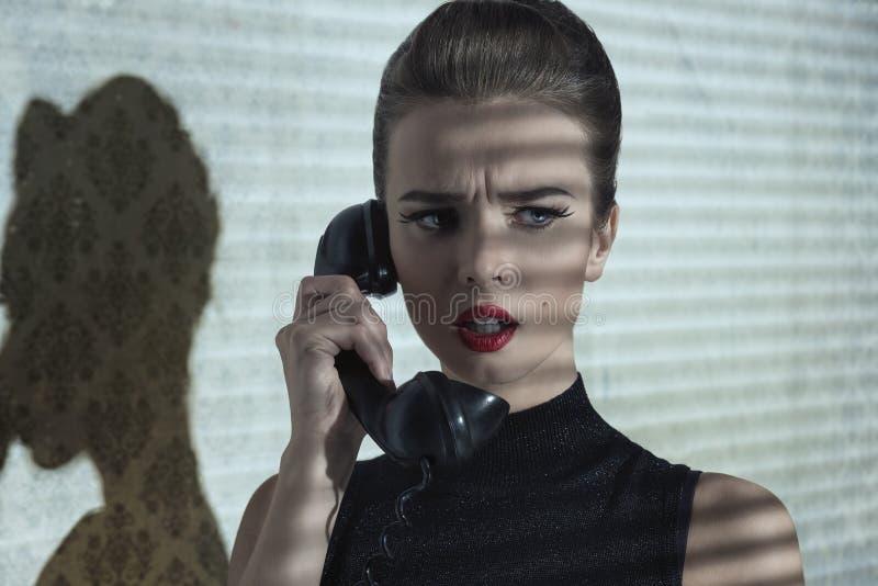 Meisje met telefoon en dramatische uitdrukking stock afbeelding