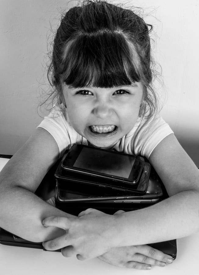 Meisje met telefoonsmobiele toepassingen wordt geobsedeerd die ouders en speelgoed negeren thuis, jong geitje gebruikend smartpho royalty-vrije stock fotografie