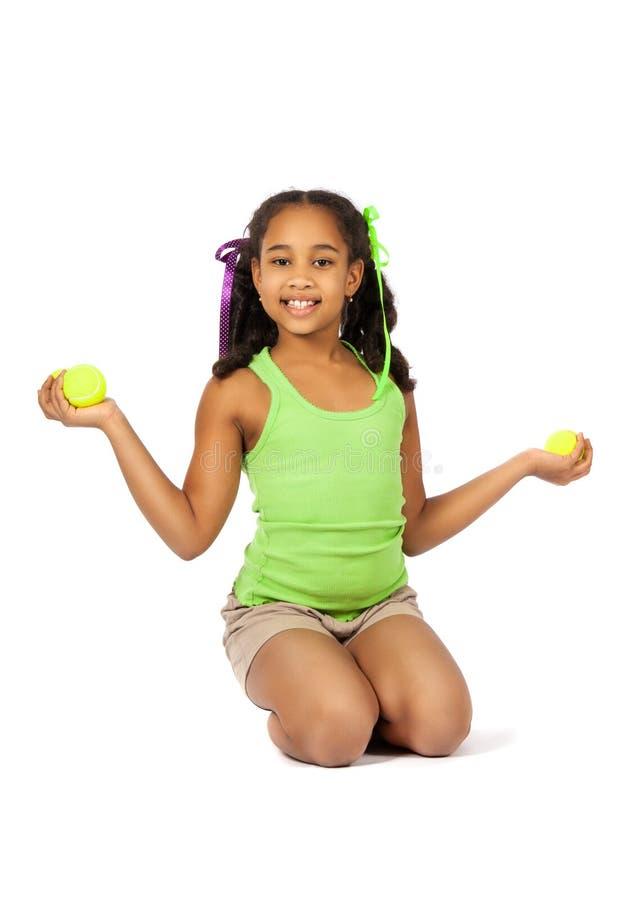 Meisje met tennisballen stock fotografie
