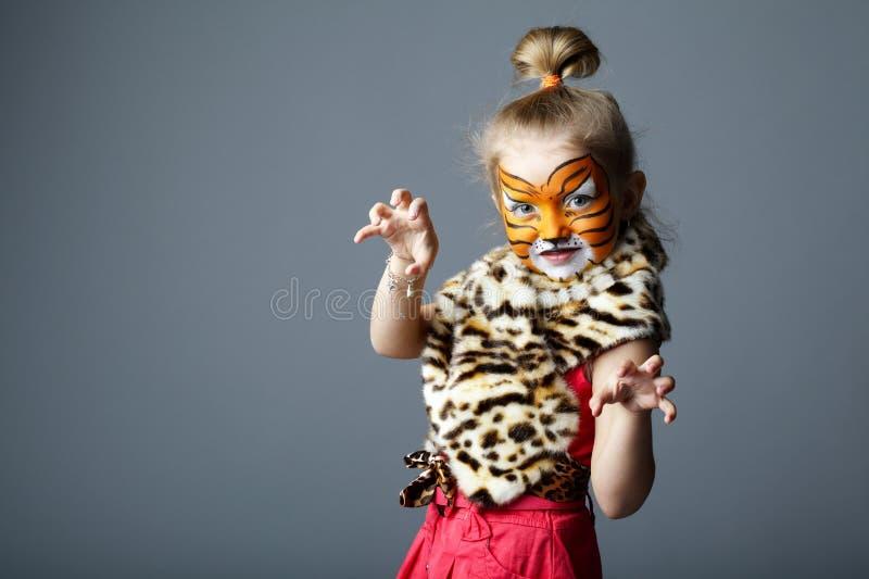 Meisje met tijgerkostuum stock afbeeldingen