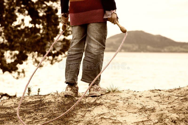 Meisje met touwtjespringen royalty-vrije stock afbeeldingen