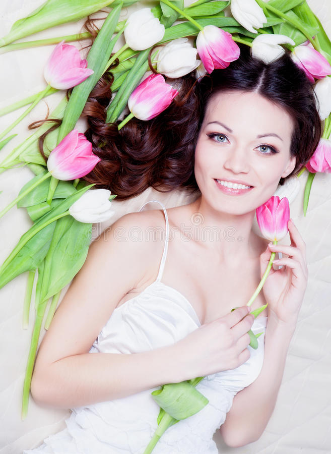 Meisje met tulpenbloemen royalty-vrije stock foto