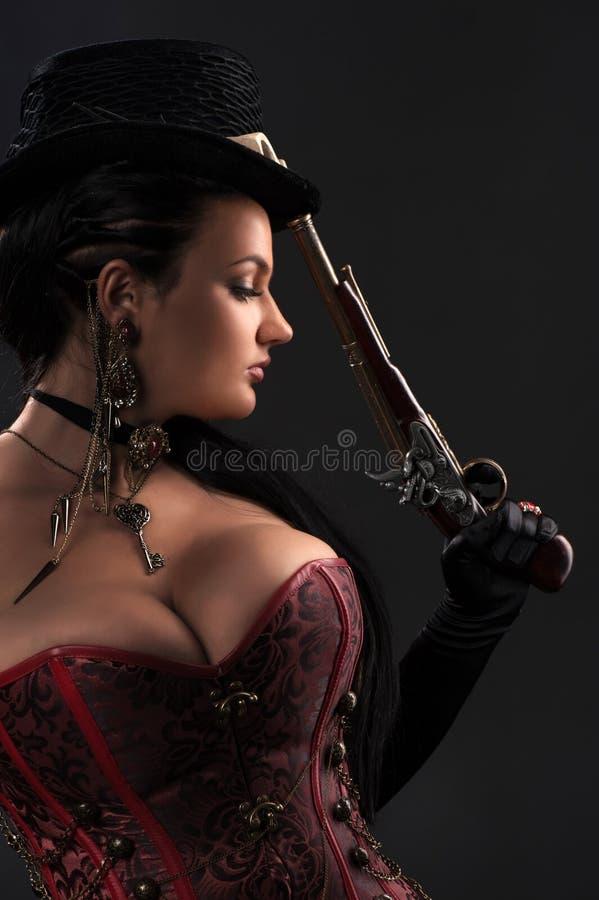Meisje met uitstekende kanonnen in steampunkstijl royalty-vrije stock afbeeldingen