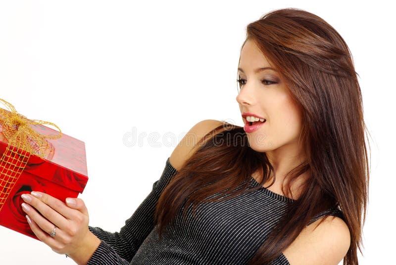 Meisje met valentijnskaartengift royalty-vrije stock afbeelding