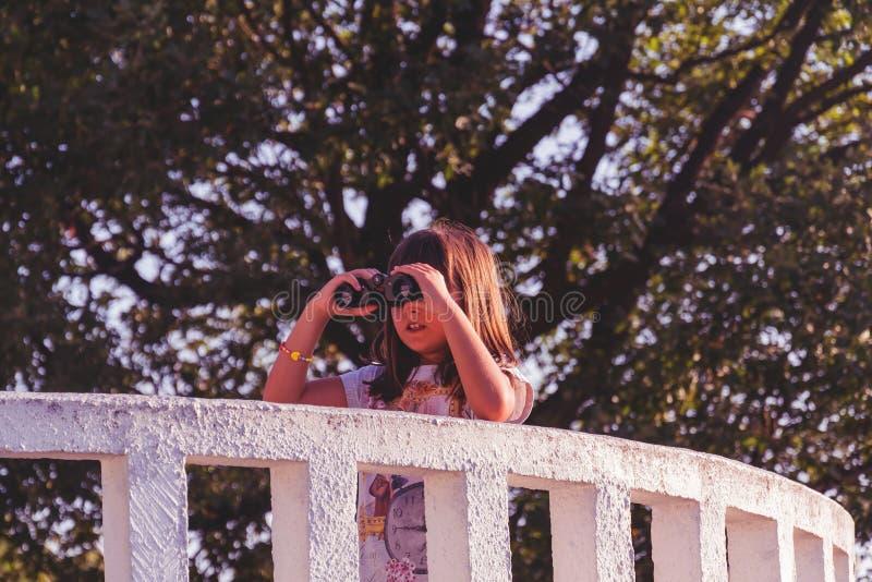 Meisje met verrekijkers op het vooruitzicht stock afbeeldingen