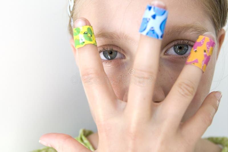 Meisje met verscheidene kleurrijke verbanden stock foto's