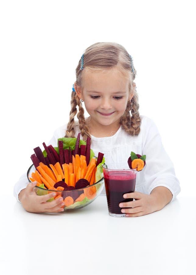 Meisje met verse groenten en sap royalty-vrije stock afbeeldingen