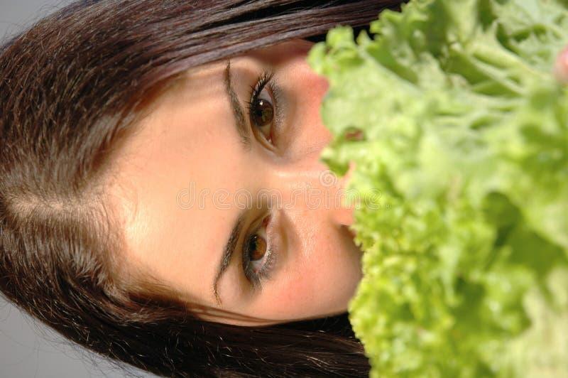 Meisje met verse salade 3 royalty-vrije stock afbeelding