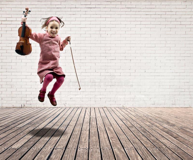 Meisje met viool het springen stock afbeeldingen