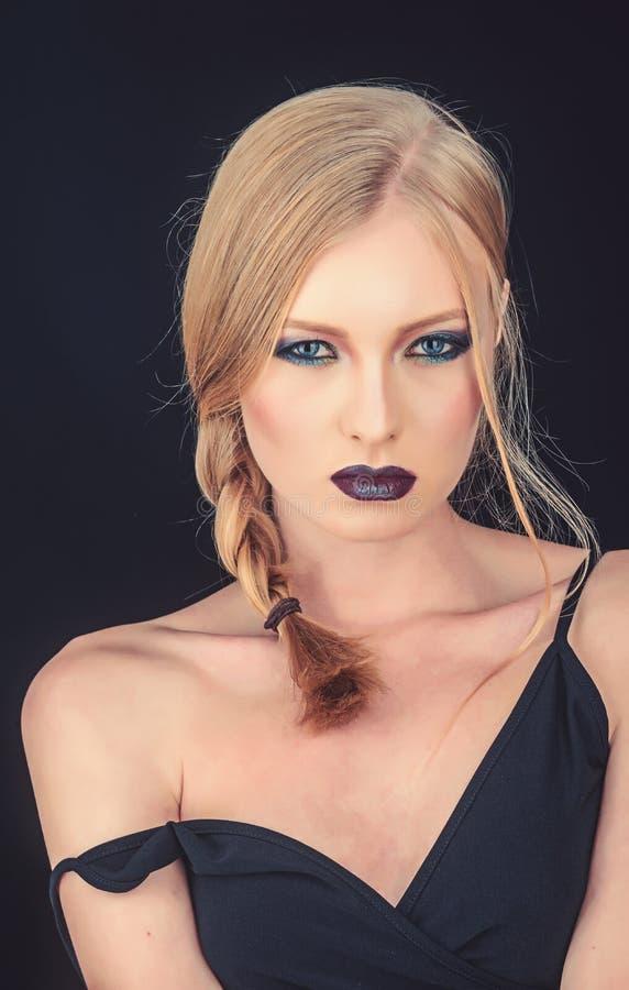Meisje met vlecht blond haar De make-up kijkt en skincare van sensueel meisje Sexy die vrouw met blondehaar op zwarte wordt geïso royalty-vrije stock fotografie