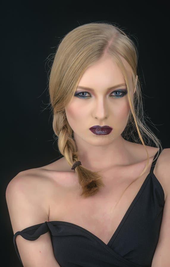 Meisje met vlecht blond haar De make-up kijkt en skincare van sensueel meisje Sexy die vrouw met blondehaar op zwarte wordt geïso royalty-vrije stock afbeeldingen