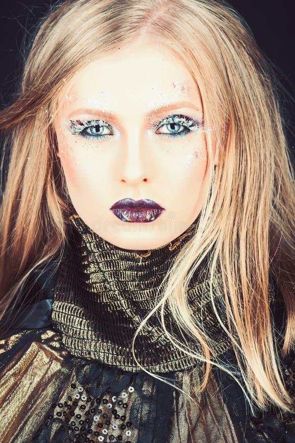 Meisje met vlecht blond haar Kapper en schoonheidssalon Mannequin met make-up en modieus kapsel Sexy vrouw royalty-vrije stock foto's
