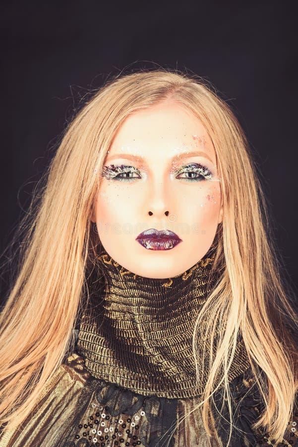 Meisje met vlecht blond haar Kapper en schoonheidssalon Sexy die vrouw met blondehaar op zwarte wordt geïsoleerd Mannequin in Gou royalty-vrije stock foto's