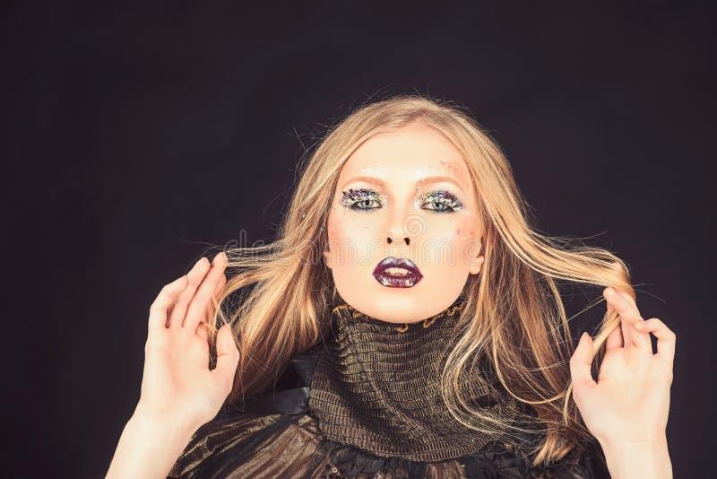 Meisje met vlecht blond haar Mannequin met make-up en modieus kapsel De make-up kijkt en skincare van sensueel meisje royalty-vrije stock afbeeldingen