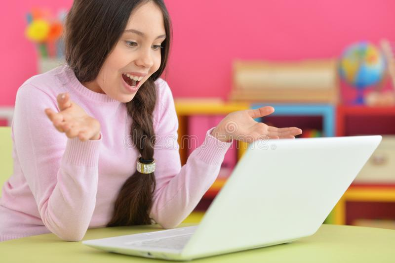 Meisje met vlecht die laptop met behulp van royalty-vrije stock foto's