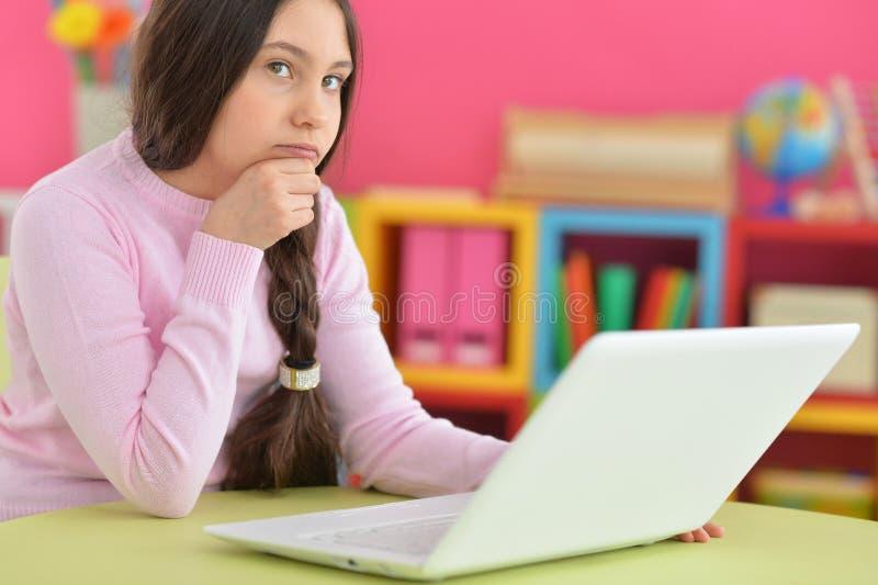 Meisje met vlecht die laptop met behulp van royalty-vrije stock fotografie