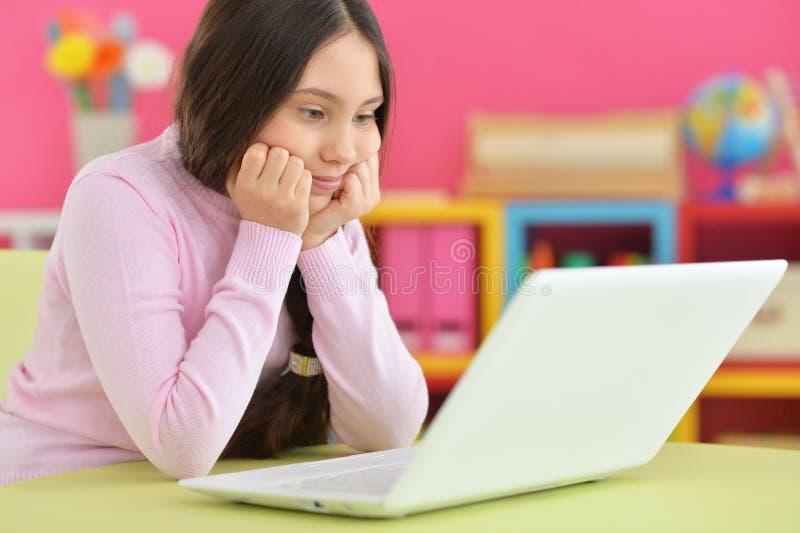 Meisje met vlecht die laptop met behulp van stock foto's