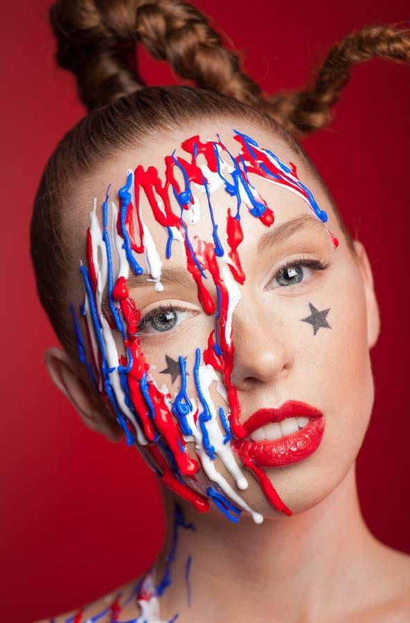 Meisje met vlecht en artistieke make-up stock afbeelding