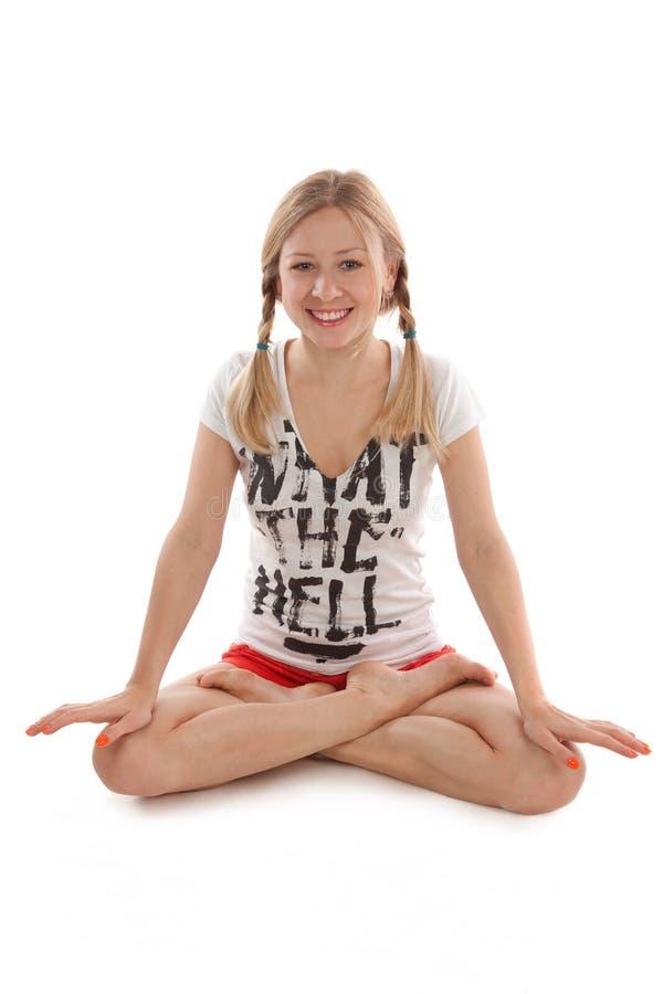 Meisje met vlechten die yoga doen stock foto's