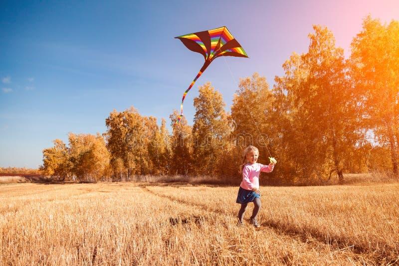 Meisje met vlieger stock afbeelding