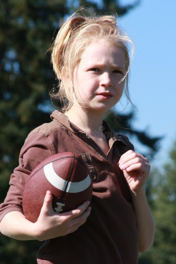 Meisje met voetbal stock afbeelding
