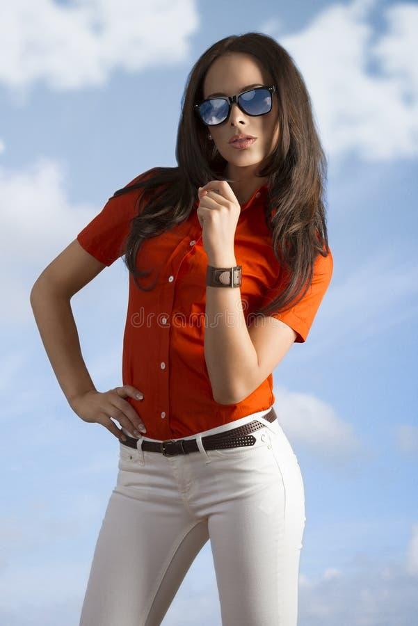 Meisje met vrijetijdskleding en zonnebril royalty-vrije stock foto