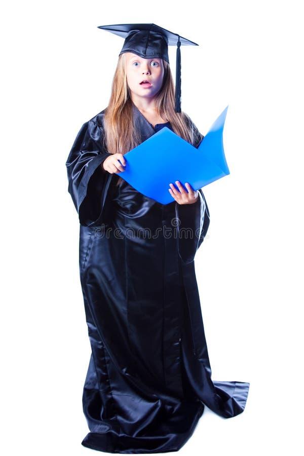 Meisje met vrijgezelhoed en graduatietoga stock foto's