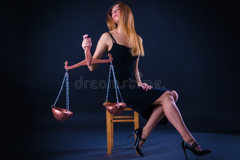 Meisje met Weegschaal in haar hand, als symbool van de astrologische Weegschaal van het dierenriemteken royalty-vrije stock afbeelding