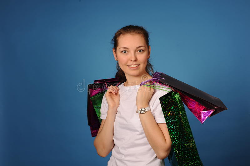 Meisje met weinig zakken na het winkelen stock afbeelding