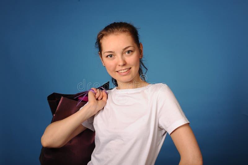 Meisje met weinig zakken na het winkelen royalty-vrije stock afbeeldingen
