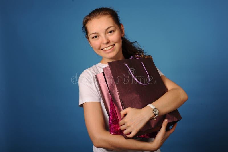 Meisje met weinig zakken na het winkelen stock afbeeldingen
