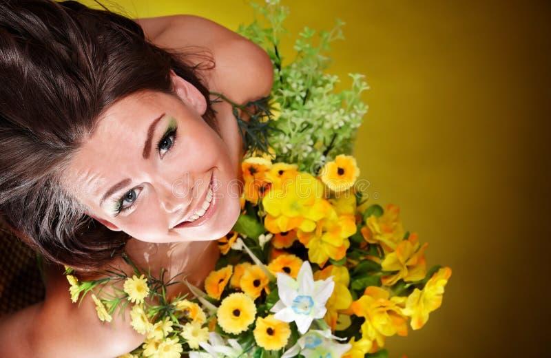 Meisje met wilde bloem. Groene achtergrond. stock foto's
