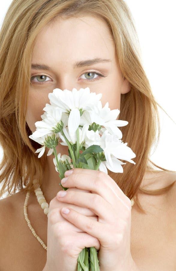 Meisje met witte chrysant stock foto