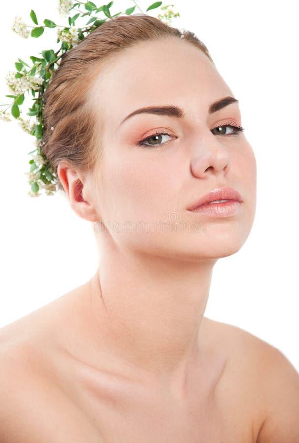 Meisje met witte en groene bloemkroon royalty-vrije stock foto's