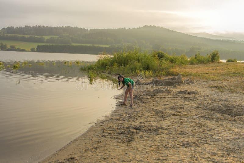 Meisje met zandkasteel stock fotografie