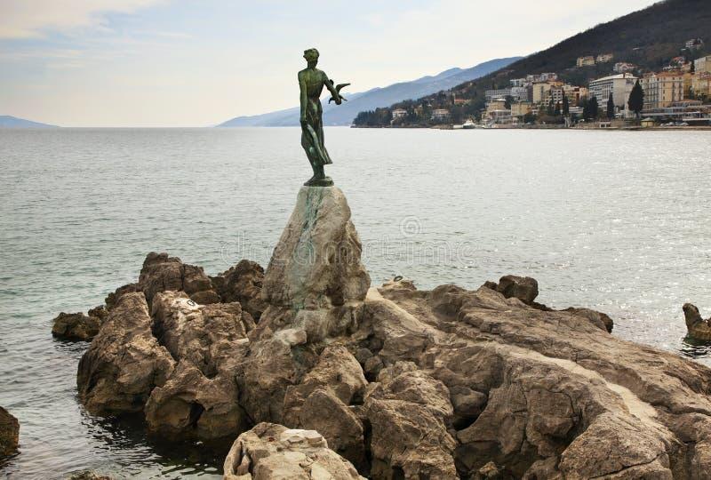 Meisje met zeemeeuw in Opatija Kroatië stock afbeeldingen