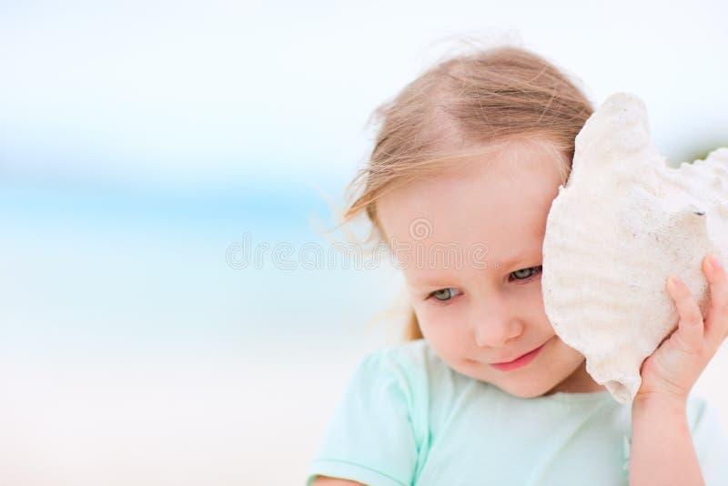 Meisje met zeeschelp stock afbeeldingen