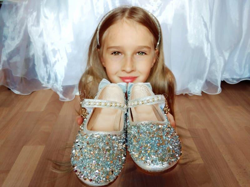 Meisje met zilveren schoenen royalty-vrije stock foto